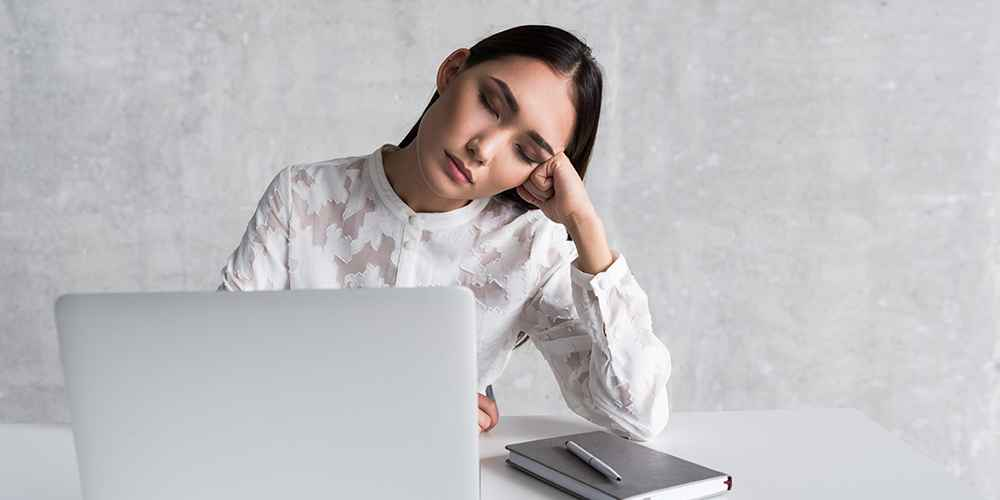 wanita ngantuk setelah makan siang di kantor