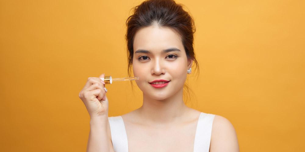 Essence adalah produk perawatan kulit yang sekilas mirip dengan serum wajah