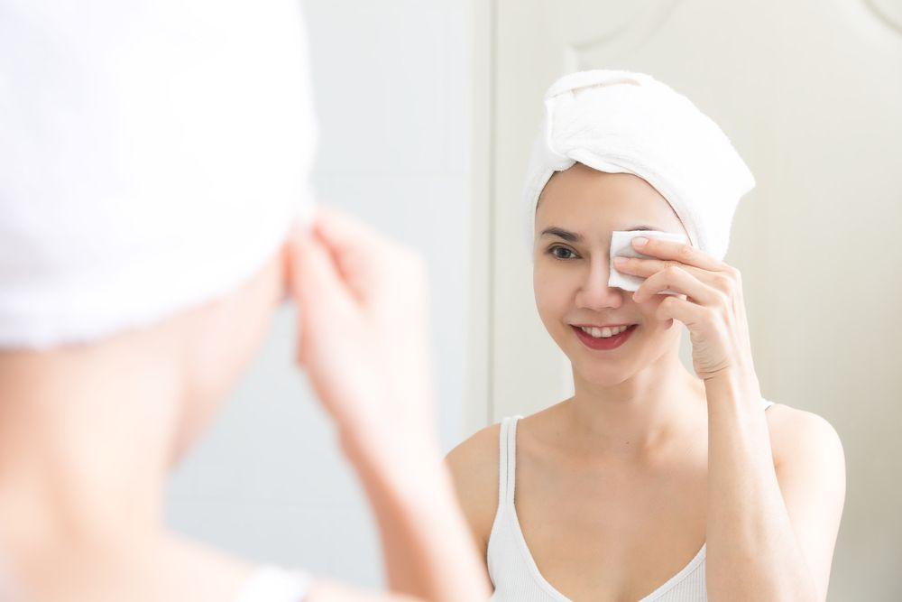 Cara membersihkan make up yang benar bisa dimulai pada area mata