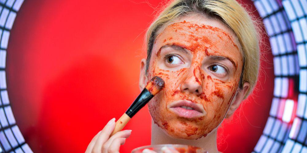 Manfaat masker tomat bisa diperoleh secara maksimal dengan mencampurkannya pakai bahan alami lain