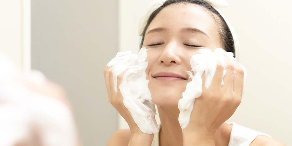 Perbedaan facial foam dan facial wash terletak pada teksturnya