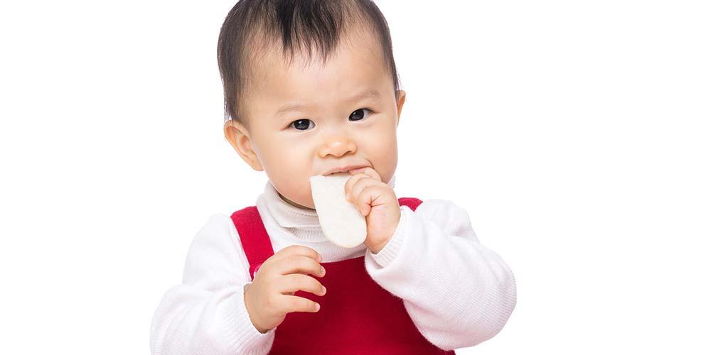 Bayi sedang menikmati snack