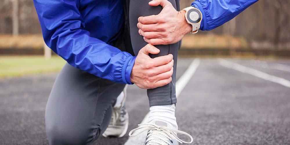 Penyebab sakit di belakang lutut bisa karena kram pada area kaki