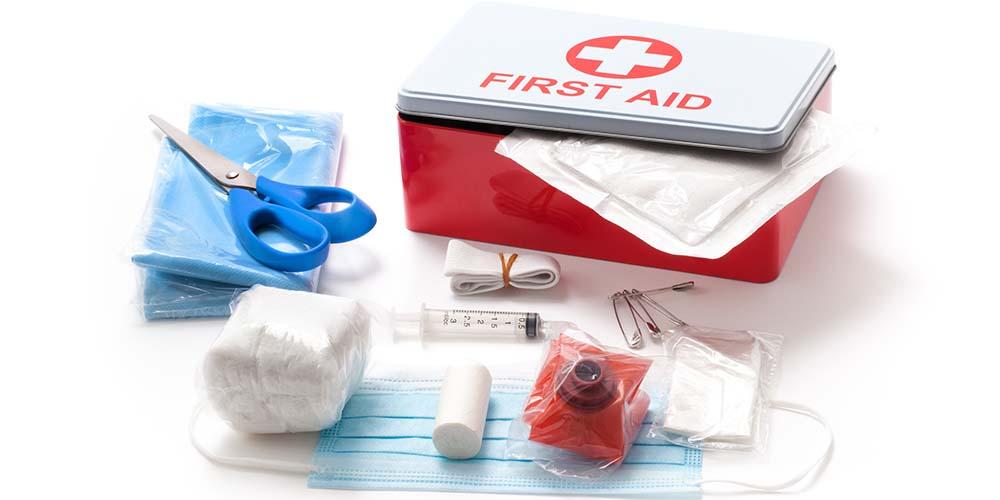 Sedia obat-obatan merupakan tips traveling untuk cegah sakit lainnya