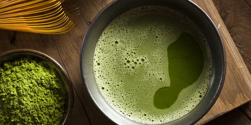 Perbedaan matcha dan green tea terlihat dari segi warnanya