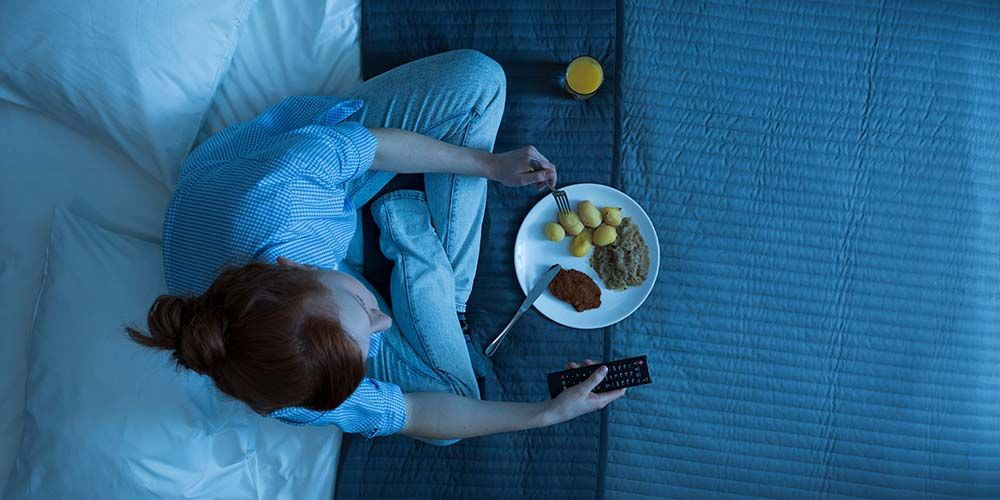 Salah satu cara mengatasi lapar tengah malam adalah menjalani pola makan yang tepat