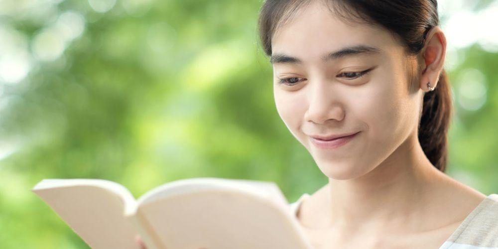wanita membaca buku