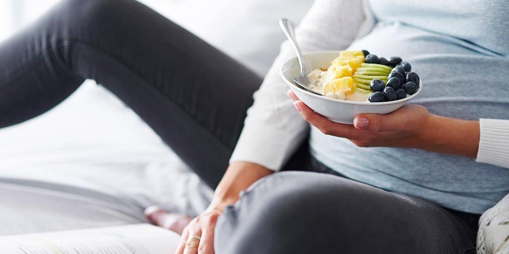 Anda dapat menambahkan topping buah di atas yogurt untuk diet