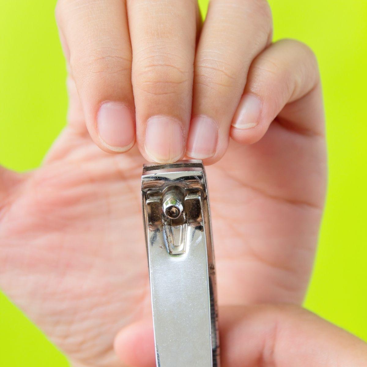 Cara merawat kuku dengan memotongnya