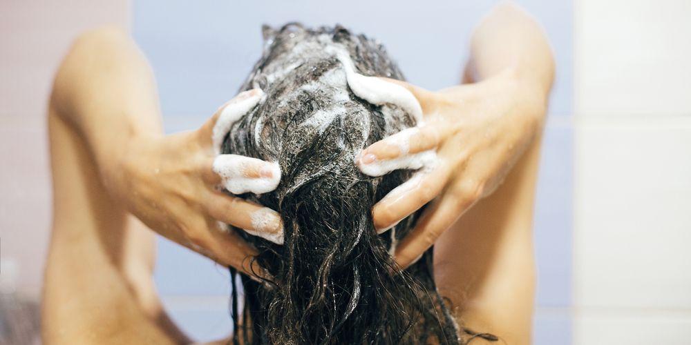 keramas dengan benar membantu melawan ciri-ciri rambut rusak