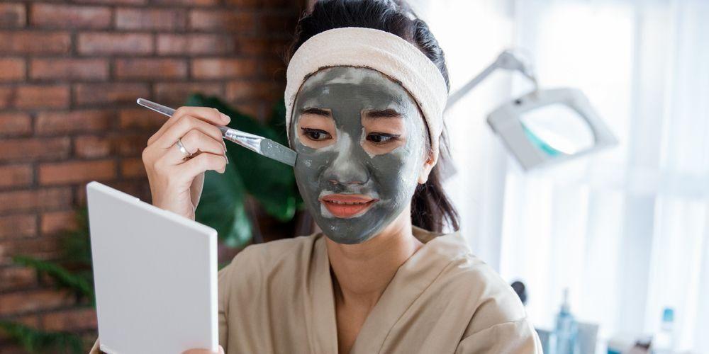 Cara memakai masker wajah berbentuk krim adalah dengan mengoleskannya ke permukaan wajah