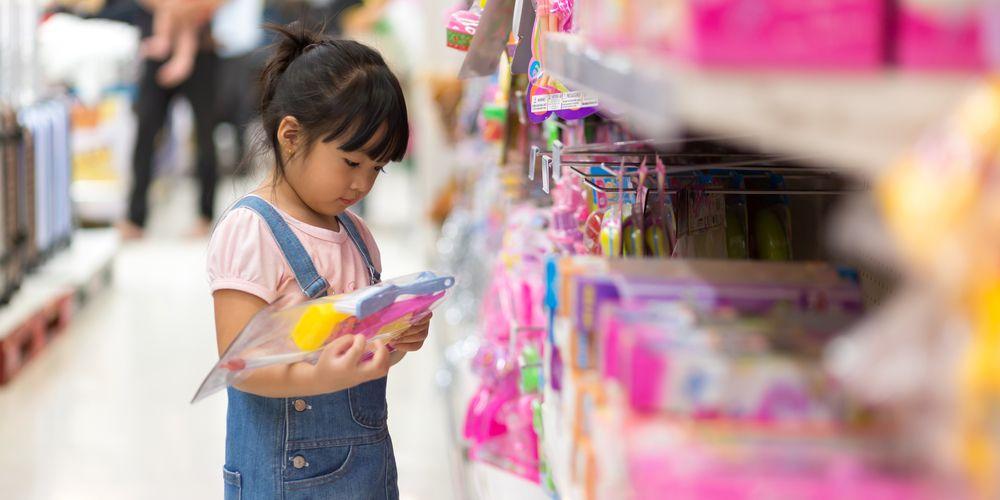 Mengajari anak menabung dengan mengajaknya belanja dengan uangnya sendiri