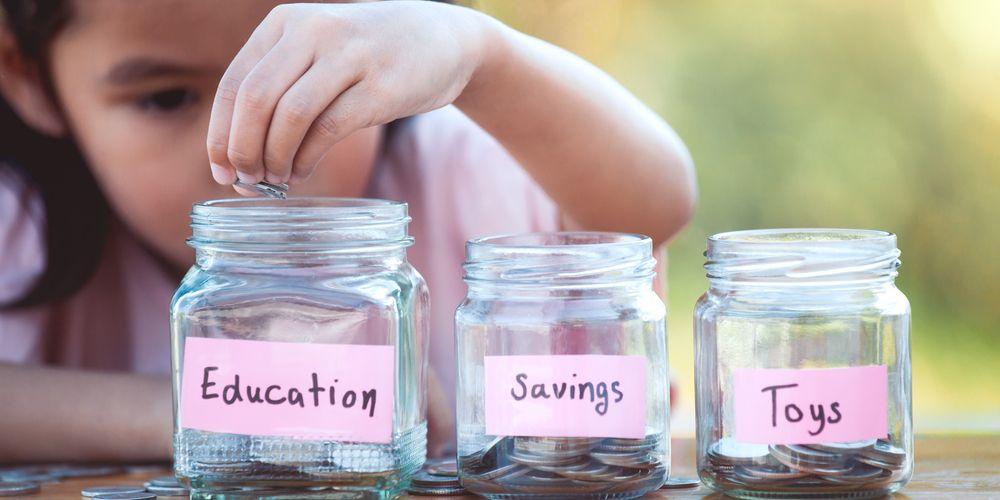 Ajarkan anak menabung dengan membaginya menjadi tiga wadah