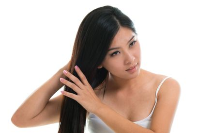 Cara mengatasi rambut mengembang dengan tangan basah