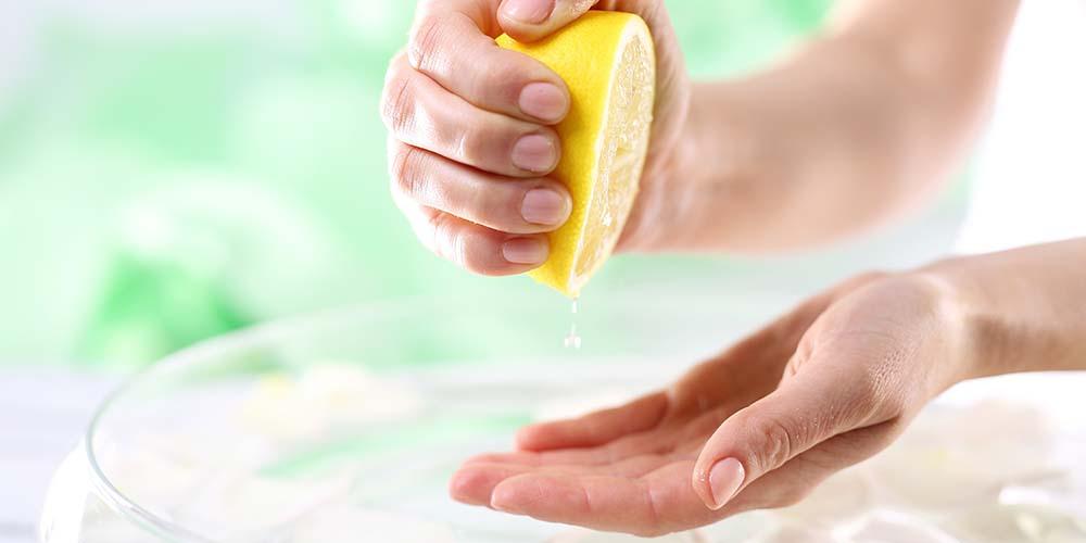 Aroma menyegarkan essential oil lemon bisa untuk melegakan pernapasan orang flu