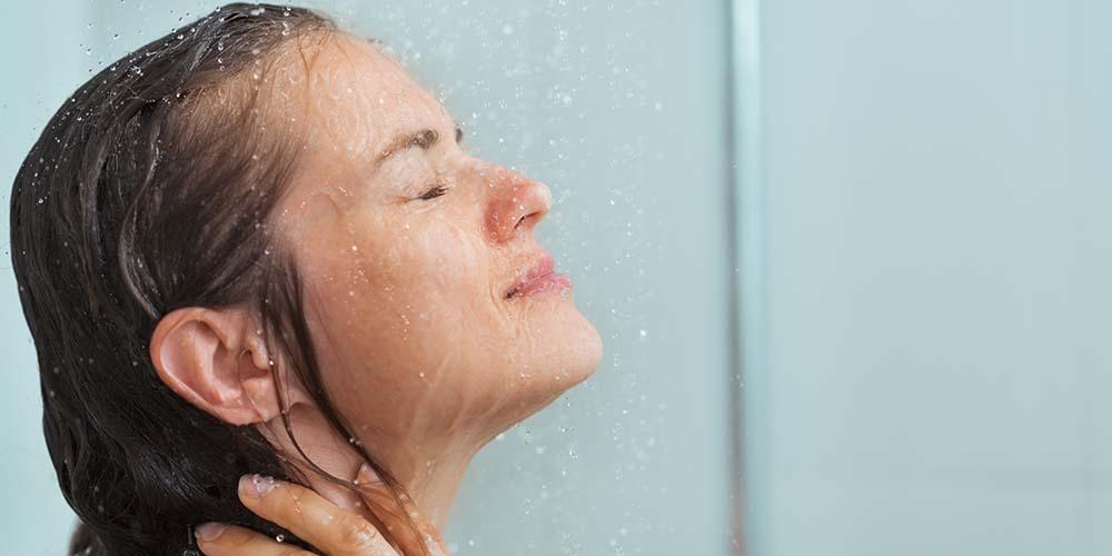 mandi air panas juga menjadi penyebab kulit wajah kering