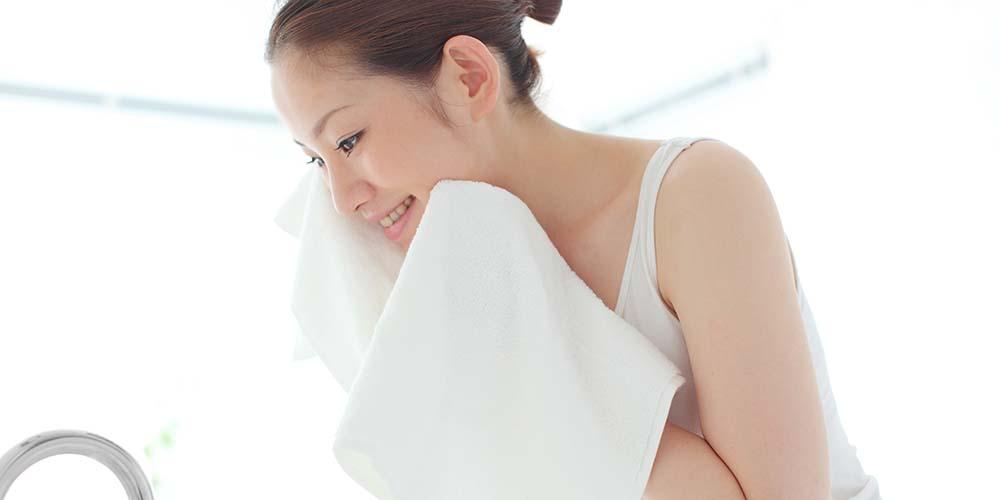 Perbedaan facial foam dan facial wash juga terlihat dari efek yang didapat pada wajah