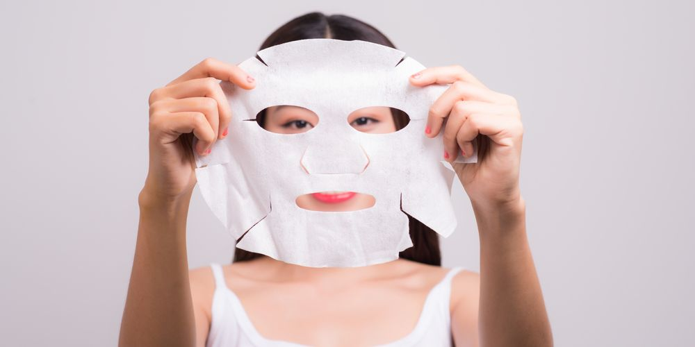 Gunakan sleeping mask sebagai urutan skincare di malam hari