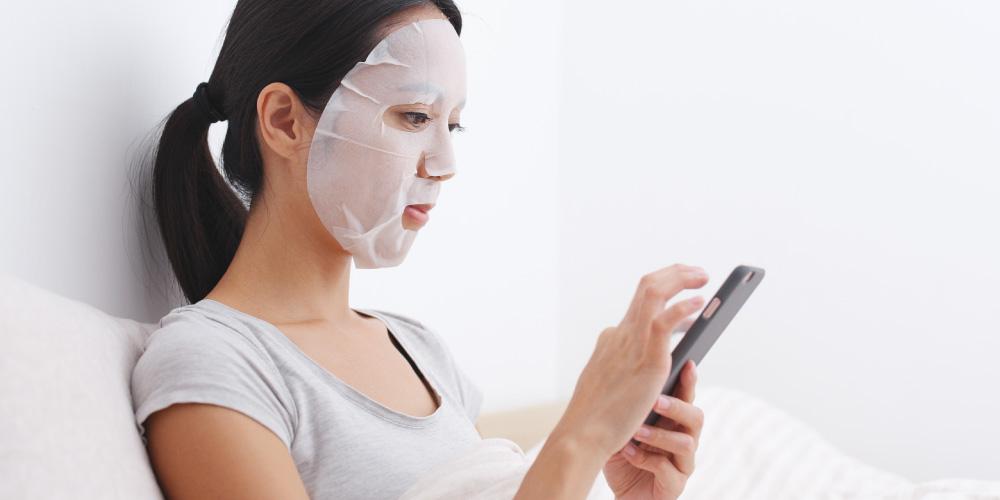 Cara memakai masker wajah berbentuk lembaran harus perlahan
