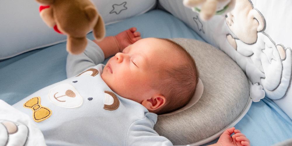Bayi tidur dengan bantal bayi