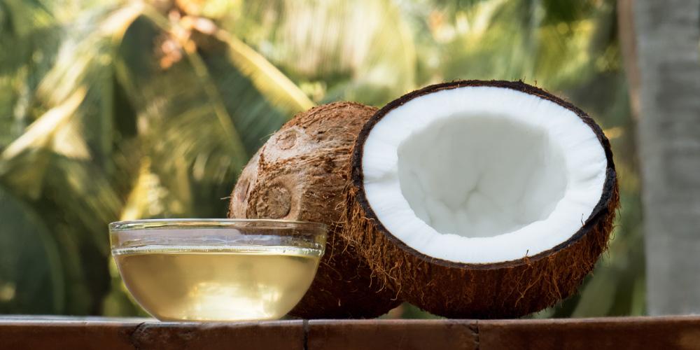 Cara melemaskan rambut mengembang dengan minyak kelapa