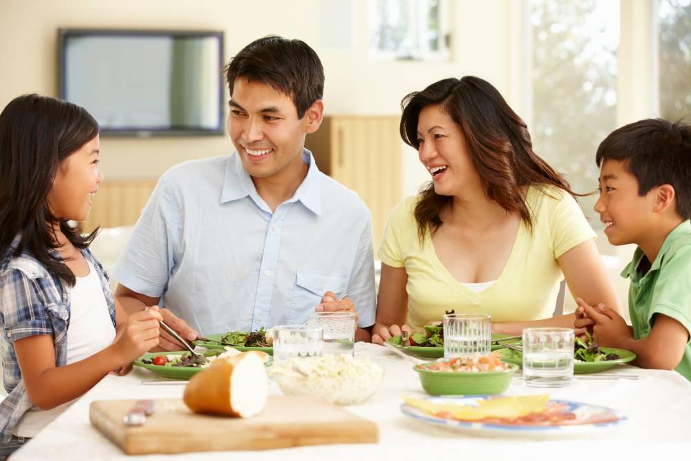 Meningkatkan komunikasi antara seluruh anggota keluarga adalah salah satu manfaat makan bersama keluarga
