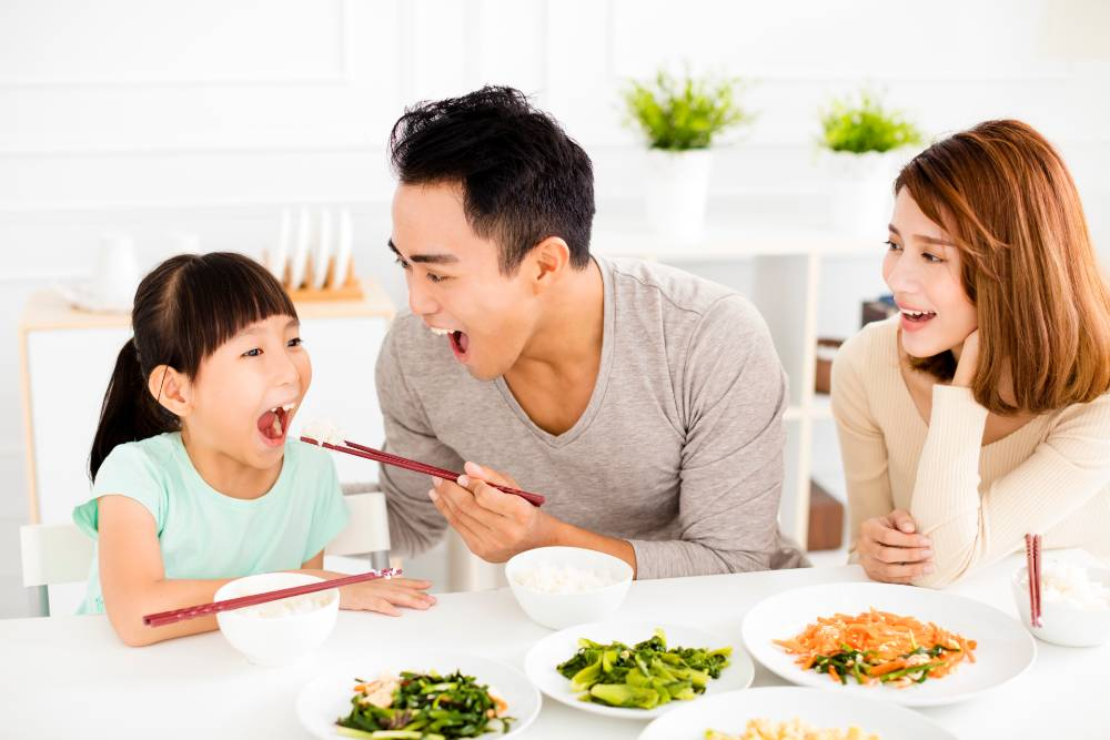 Orangtua memiliki kesempatan untuk mengenalkan berbagai makanan kepada anak