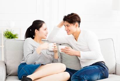 pasangan sedangn berbicara sambil minum kopi