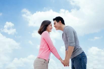 Pasangan hendak berciuman