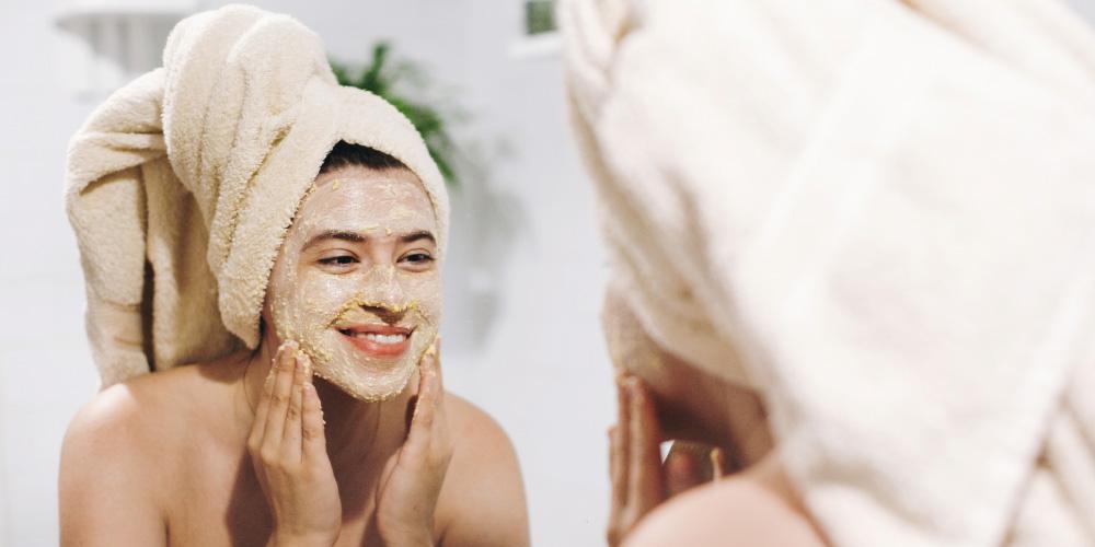 Masker wajah terbaik untuk kulit kusam adalah masker eksfoliasi