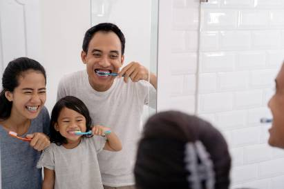Keluarga sikat gigi dengan pasta gigi fluoride