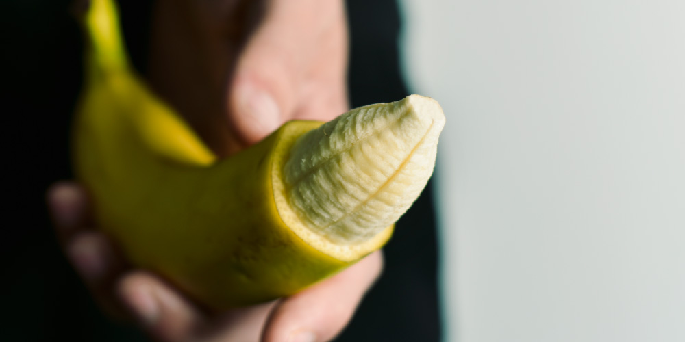 pisang dengan ujung yang dikupas