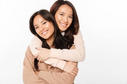 dua perempuan tersenyum
