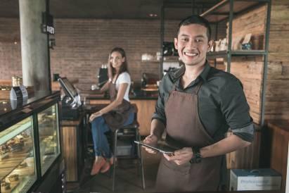 Karyawan kafe tersenyum