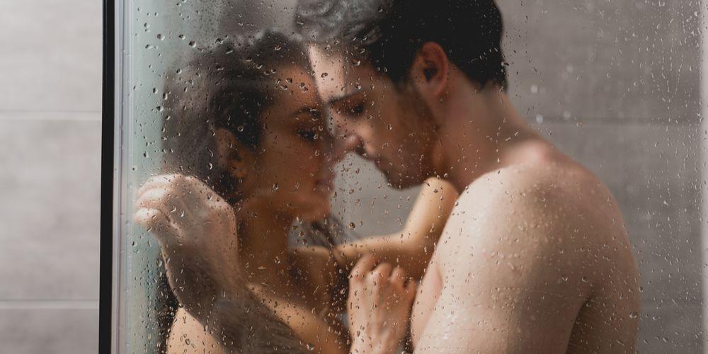 Pilihlah posisi seks yang aman saat bercinta di kamar mandi