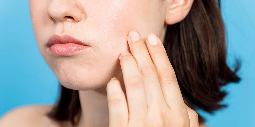 Penyebab iritasi kulit lainnya adalah penggunaan produk perawatan kulit wajah
