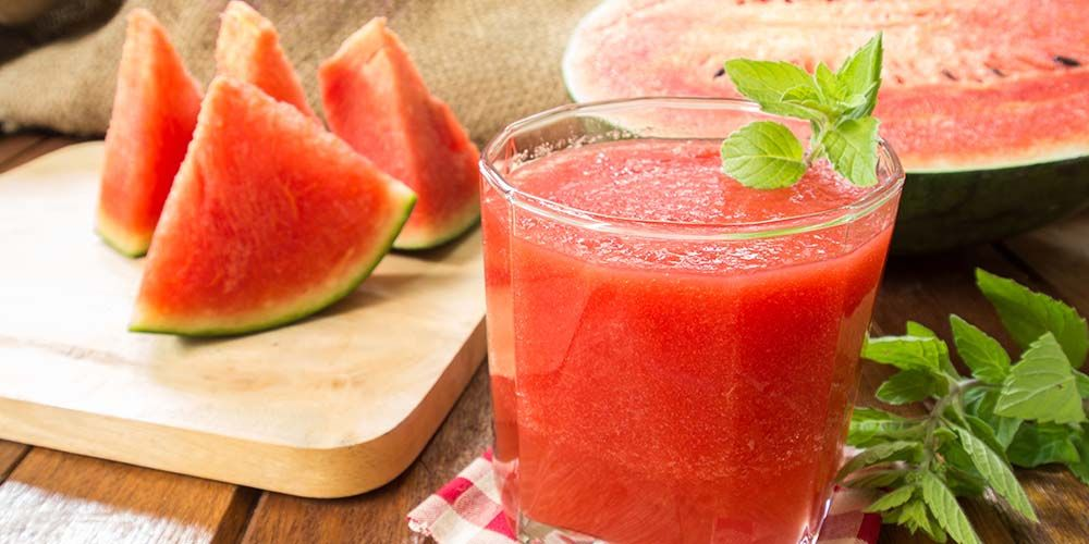 Jus buah-buahan merupakan minuman buka puasa yang mengandung vitamin dan mineral