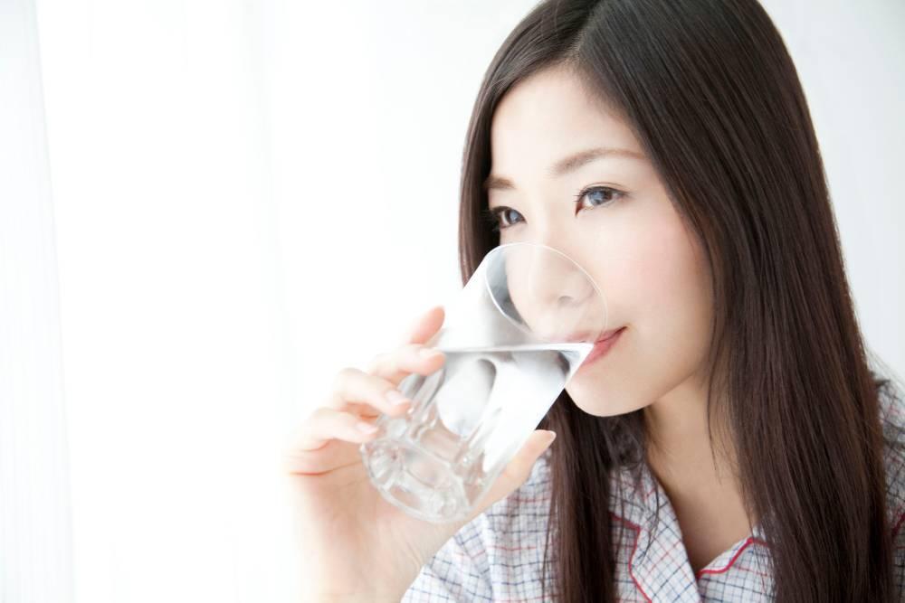 Minum air dingin dapat membantu mengatasi lidah terbakar
