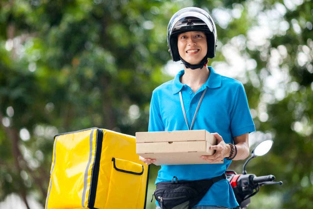 Tips pesan makanan lewat ojek online yang aman adalah dengan membatasi kontak langsung dengan kurir