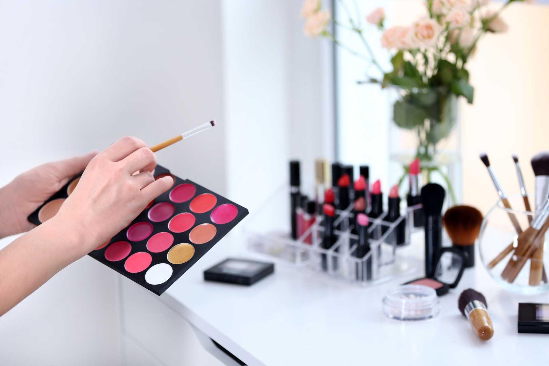 tempat make up yang bersih membuat Anda terhindar dari infeksi bakteri di kulit