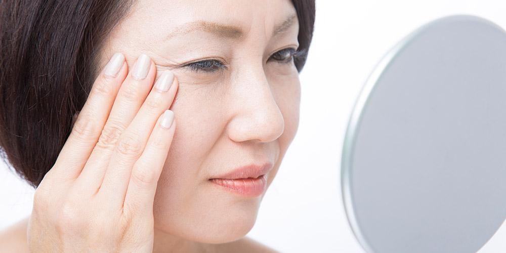 Melawan tanda-tanda penuaan juga bisa jadi manfaat masker timun untuk wajah