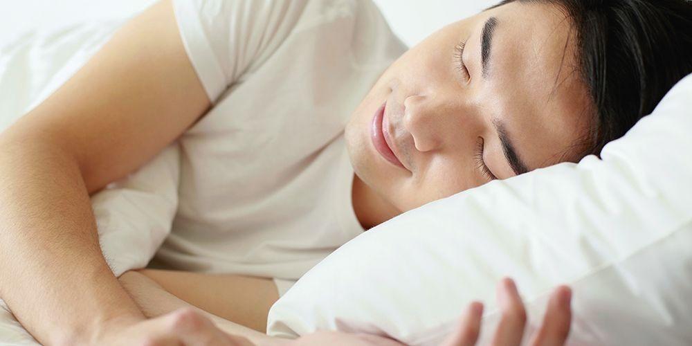 Seorang pria tidur untuk meredakan peradangan