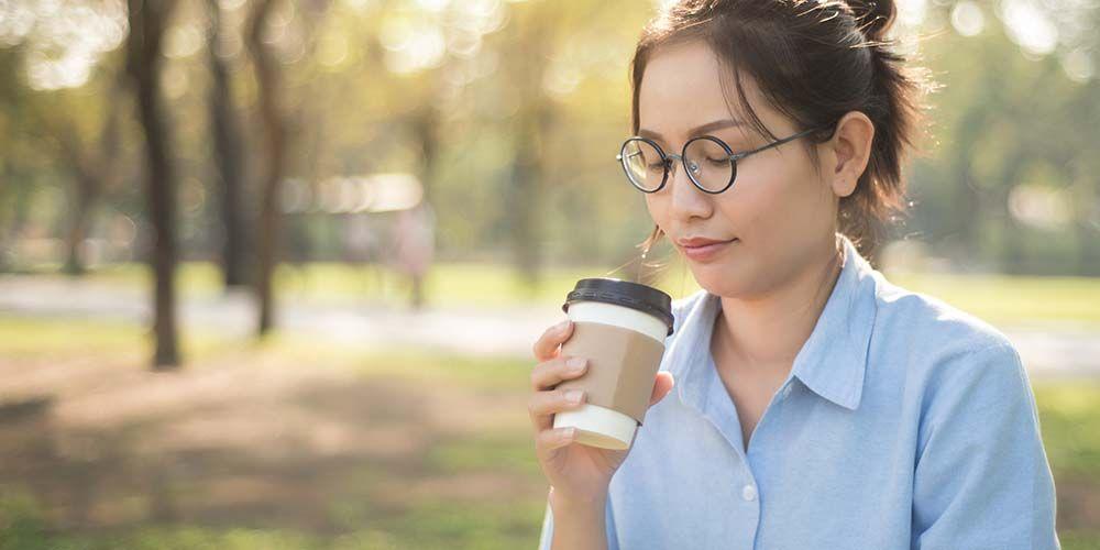 perempuan meminum kopi