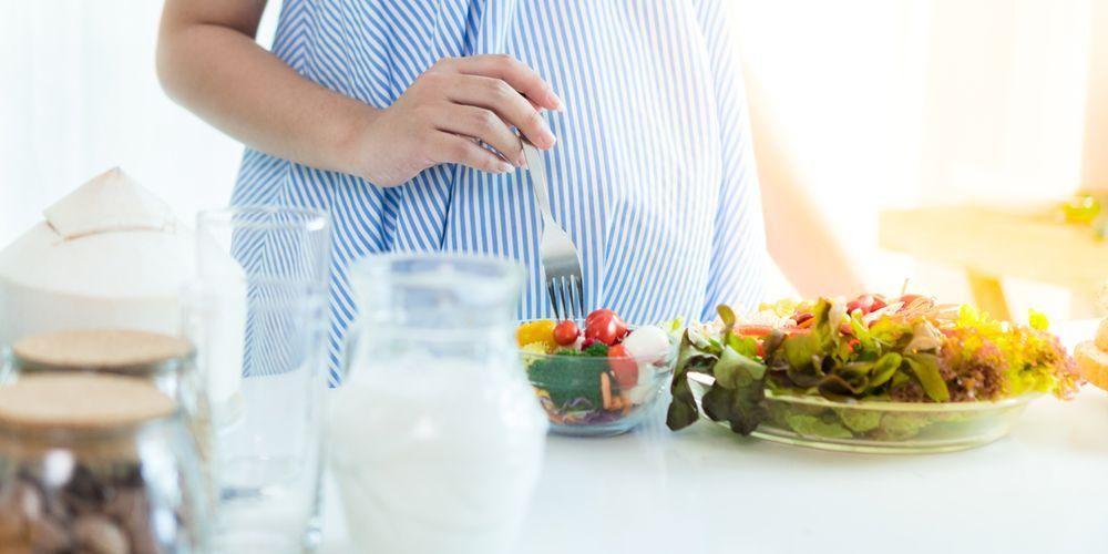 Untuk bisa diet saat hamil, ibu perlu konsumsi makanan rendah kalori