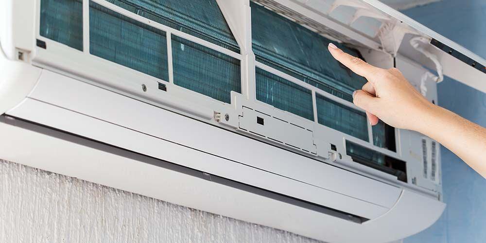 Bersihkan AC dengan rutin agar mikroorganisme tidak terjerembap di dalamnya