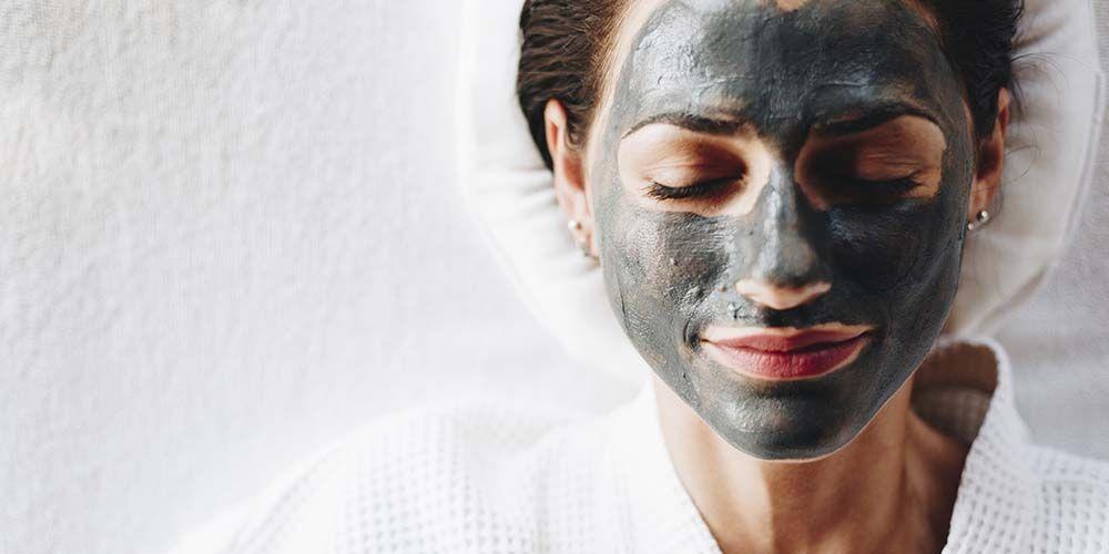 Cara menggunakan charcoal mask adalah dengan membersihkan wajah terlebih dulu