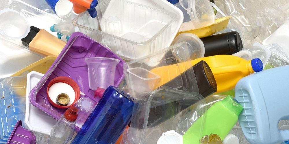 Daur ulang sampah plastik untuk peringati hari bumi sedunia