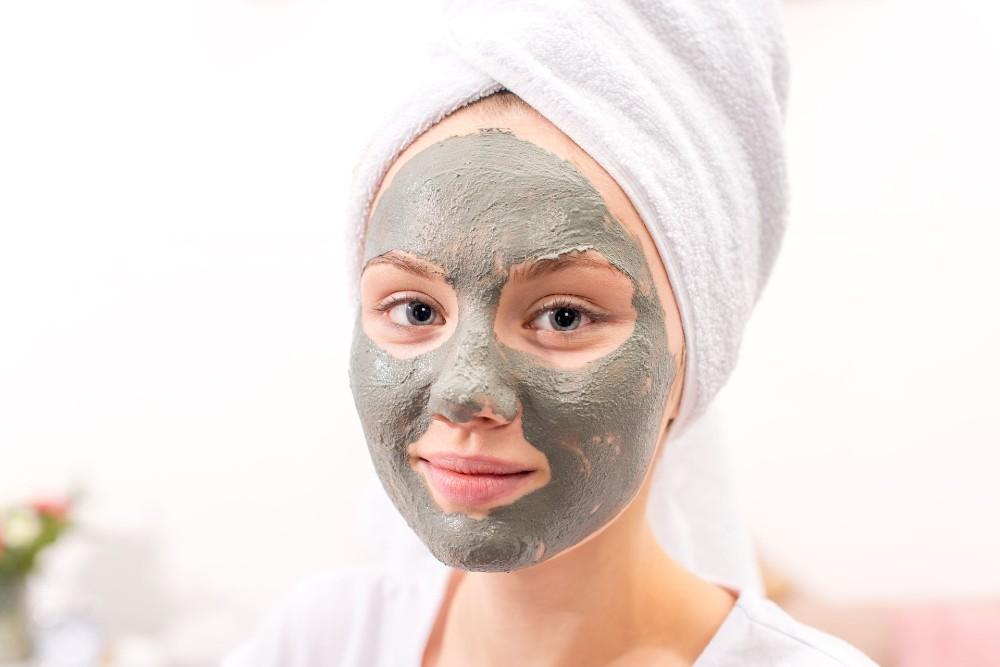 Masker lumpur bisa dijadikan sebagai cara menghilangkan komedo di pipi