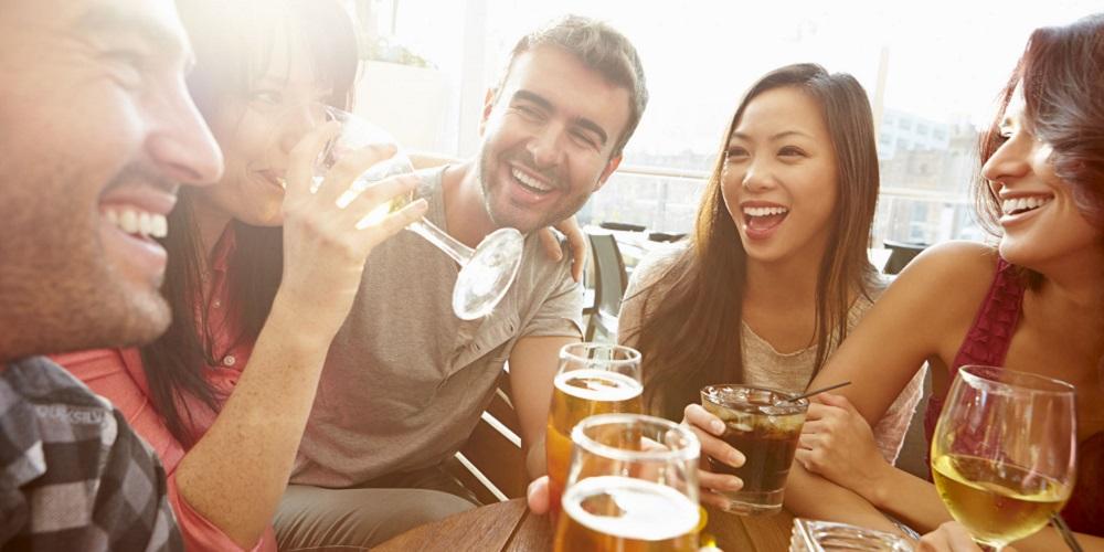 Alkohol bisa membuat orang lebih mudah bersosialisasi