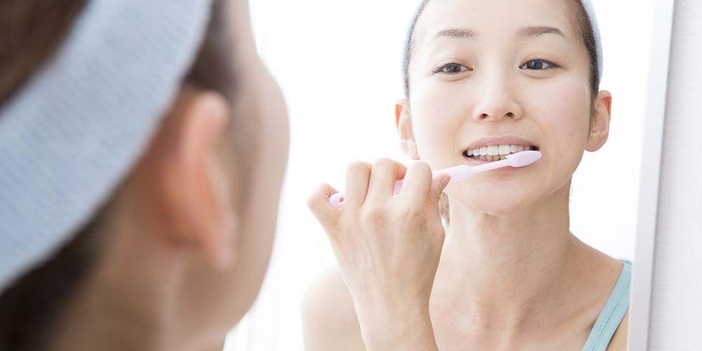 menjaga kebersihan gigi dan mulut adalah cara menghilangkan bau mulut karena gigi berlubang